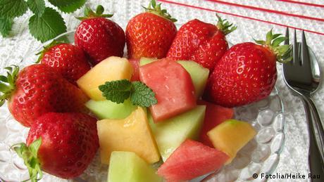 Obstteller mit Erdbeeren und Melone