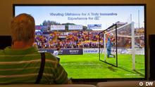 Einem IFA-Besucher wird demonstriert, dass Sitzabstand und Blickwinkel bei einer Bildschirmdiaginalen von 84 Zoll (2,13 Meter) kaum noch eine Rolle. Dank der so genannten 4K-Technologie bleibt das Bild bei einem Abstand von nur 1,60 Meter gestochen scharf, denn die Zahl der Pixel ist gegenüber einem herkömmlichen Full-HD-Bildschirm viermal höher. (Foto: Olof Pock/DW)