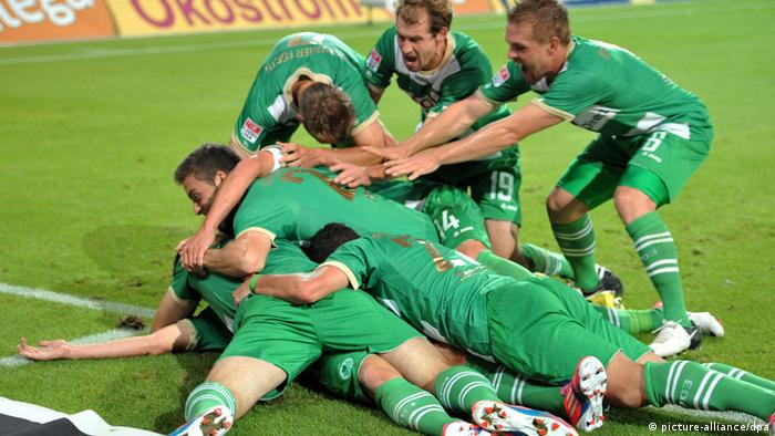 Greuther Fürth celebrate their 1-0 victory (dpa - Bildfunk+++)