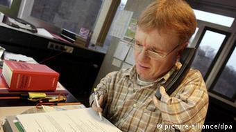 Der contergangeschädigte Matthias Berg an seinem Arbeitsplatz (Foto: dpa)