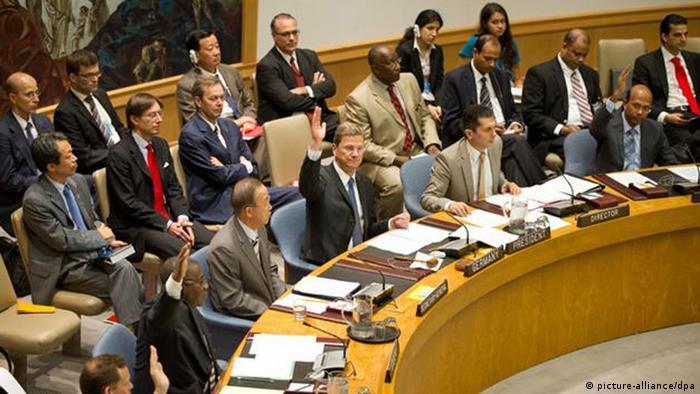 Jahreswechsel - Deutschland im Sicherheitsrat JAHRESRÜCKBLICK 2011 - Bundesaußenminister Guido Westerwelle (FDP, M) hebt am Dienstag (12.07.2011) in New York (USA) während der Beratung des UN-Sicherheitsrates während einer Abstimmung die Hand. Deutschland hat im Juli den Vorsitz im Sicherheitsrat der Vereinten Nationen. Der FDP-Politiker leitet am 12.07.2011 die offene Debatte zum Thema Kinder und bewaffnete Konflikte. Foto: Soeren Stache dpa +++(c) dpa - Bildfunk+++
