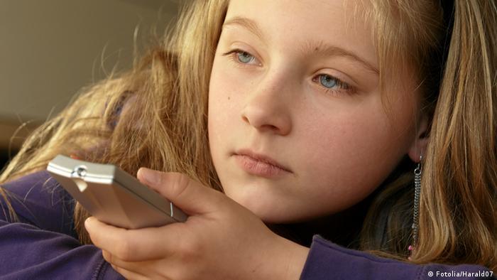 Девочка с пультом дистанционного управления