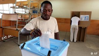 Cidadão angolano a votar nas eleições gerais
