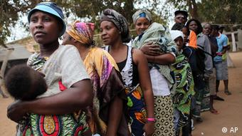 Angolanos fazem fila em Luanda para votar a 31.08: com 72% dos votos, o MPLA foi o vencedor do pleito. O primeiro da lista do MPLA, dos Santos, foi eleito presidente