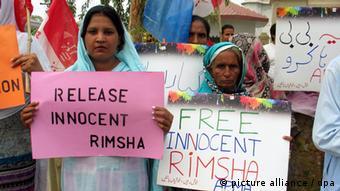 تا کنون گروههای مسیحیان پاکستان در اعتراض به دستگیری این دختربچه دست به تظاهرات زده و خواستار آزادی وی شدهاند