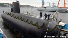How does a submarine work?