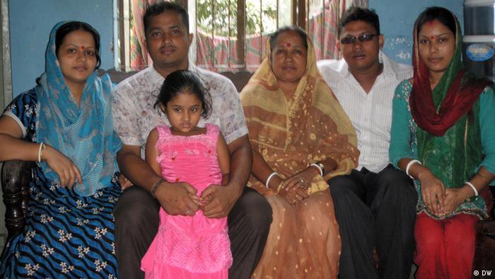 Bildunterschrift: Freiheitskämpferin Alo Rani Baidyo (Mitte) und ihre Sohn und Tochter in Chittagong, Bangladesch Text: Freiheitskämpferin Alo Rani Baidyo (Mitte) und ihre Sohn und Tochter in Chittagong, Bangladesch Stichwort: Datum: 27.08.2012 Copyright: DW/ A H M Abdul Hai, Freiermitarbeiter, Bengali, DW