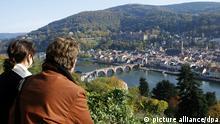 Ein Mann und eine Frau genießen am Montag (22.10.2007) bei strahlendem Sonnenschein die Aussicht vom Philosophenweg in Heidelberg auf die Altstadt mit der alten Brücke und dem Heidelberger Schloss. Wechselnd bewölkt mit vereinzelten Schauern wird das Wetter laut Vorhersage in den kommenden Tagen. Foto: Ronald Wittek dpa/lsw +++(c) dpa - Bildfunk+++