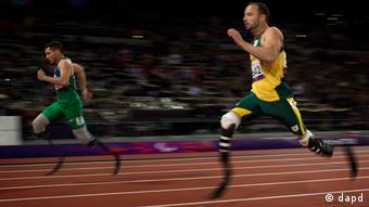 Alan Oliveira (esq.), do Brasil, e Oscar Pistorius, da África do Sul, durante Jogos Paralímpicos em Londres