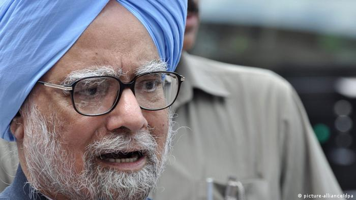 epa03371172 Indian Prime Minister Dr. Manmohan Singh addresses the media after he was shouted down by opposition politicians in the lower house of Parliament in New Delhi, India, 27 August 2012. The Prime minister denied allegations of wrongdoing, following a report that the country lost 33 billion dollars by allocating coal mine licences instead of auctioning them. Singh stated that any allegations of impropriety are without basis and unsupported by the facts. EPA/STR +++(c) dpa - Bildfunk+++
