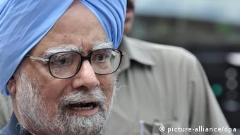 Indian Prime Minister Dr. Manmohan Singh addresses the media after he was shouted down by opposition politicians in the lower house of Parliament in New Delhi, India, 27 August 2012. (Photo: EPA/STR +++(c) dpa - Bildfunk+++)
