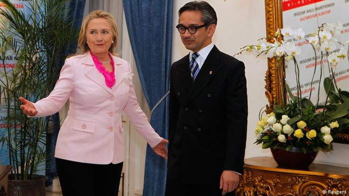 U.S. Secretary of State Hillary Clinton (L) gestures next to Indonesia's Foreign Minister Marty Natalegawa during their meeting in Jakarta September 3, 2012. REUTERS/Enny Nuraheni (INDONESIA - Tags: POLITICS)