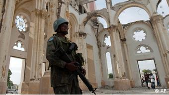 Soldado brasileiro diante da catedral nacional, em Porto Príncipe, danificada pelo terremoto de 2010