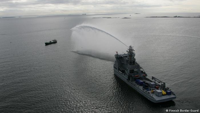 Feuerlöschübungen mit dem Schiff Louhi. *** Von Finnish Environment Institute auf eigener Picasa-Webseite bereitgestellt: http://www.environment.fi/default.asp?contentid=418034&lan=EN https://picasaweb.google.com/103326386790730382753/BalexDelta2012?authkey=Gv1sRgCPWU3fetruCYmQE&feat=email# Rechteeinräumung: Für Medien zur Berichterstattung über Balex Delta 2012 zur Verfügung gestellt Copyrightangabe: Finnish Border Guard Thematische oder zeitliche Nutzungsbeschränkungen: keine