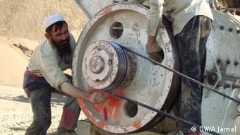 Noor Mohammad arbeitet an einer Maschine (Foto: DW)