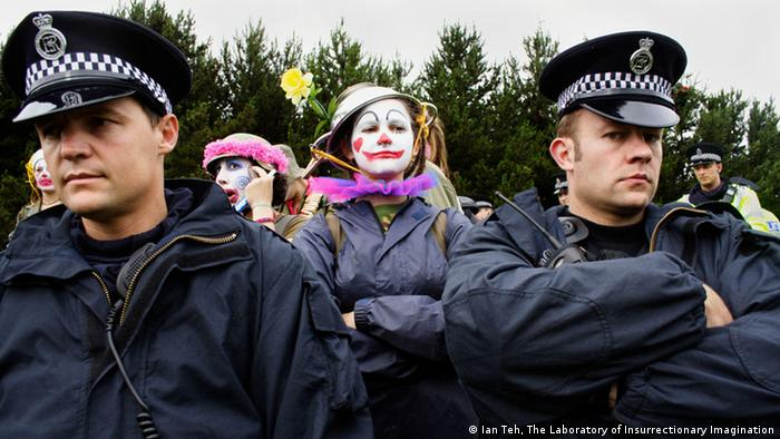 *** ACHTUNG Bild nur zur Berichterstattung über die Ausstellung Lob der Torheit in der Bundeskunsthalle in Bonn verwenden!!!*** Ian Teh Polizisten und Clowns (Cops and Clowns, G8 Gleneagles) 2005 Video © Ian Teh, The Laboratory of Insurrectionary Imagination