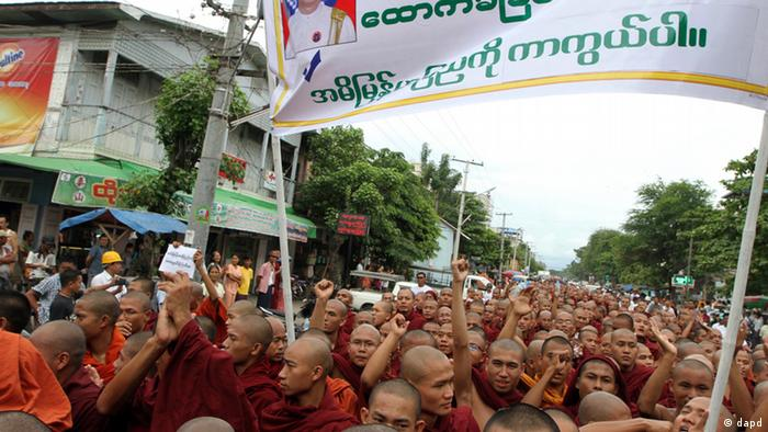 Myanmar's Buddhist monks stage a rally to protest against ethnic minority Rohingya Muslims (Photo: AP/ Khin Maung Win)