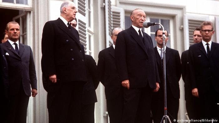 Charles de Gaulle mit Konrad Adenauer 1962 in Bonn (Foto: picture alliance/Bildarchiv)