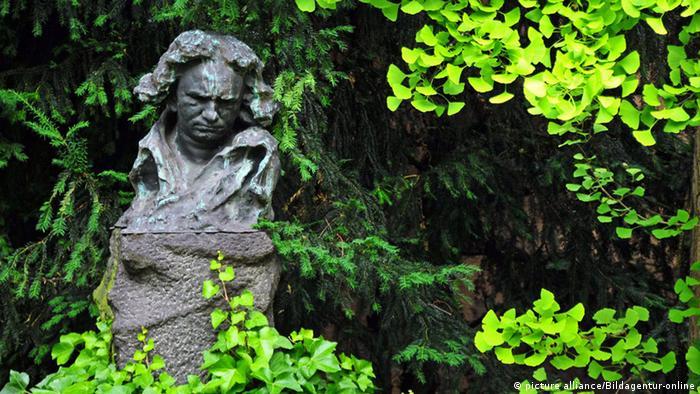 Работа Наума Аронсона в саду дома-музея в Бонне