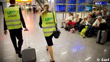 Hessen/ ARCHIV: Zwei Flugbegleiter mit Streik-Westen gehen durch das Terminal 1 des Flughafens in Frankfurt am Main (Foto vom 31.08.12). Die Flugbegleiter bei der Lufthansa wollen ihren Arbeitskampf am Dienstag (04.09.12) fortfuehren. Das teilte die Flugbegleitergewerkschaft UFO am Sonntag (02.09.12) auf ihrer Internetseite mit. Die Zentrale Streikleitung berate noch, wo und wann genau diese Streiks stattfinden werden. (zu dapd-Text) Foto: Thomas Lohnes/dapd