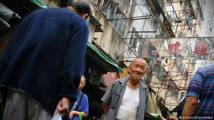 Ein älterer Herr schlendert am 30.10.2007 über einen Markt in Hongkong. Foto: Thomas Uhlemann +++(c) dpa - Report+++