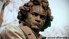 Beethoven-Denkmal in Wien. (Undatierte Aufnahme). Der deutsche Komponist wurde am 17.12.1770 in Bonn geboren. Er war ab 1784 Mitglied der kurfürstlichen Hofkapelle in Bonn. 1792 ging er als Schüler des österreichischen Komponisten Joseph Haydn nach Wien. Dort machte er sich bald einen Namen als Pianist und Komponist. Ein sich ständig verschlimmerndes Gehörleiden führte im Jahre 1802 zu einer Krise, die in dem Werk Heiligenstädter Testament zum Ausdruck kommt. Sein Schaffen galt in erster Linie den instrumentalen Gattungen Streichquartett, Sinfonie und Solosonate. Ludwig van Beethoven starb am 26. März 1827 in Wien.
