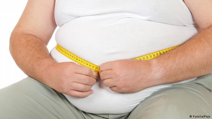 Mann mit dickem Bauch misst seinen Körperumfang mit einem Maßband (Foto: Fotolia/PeJo)