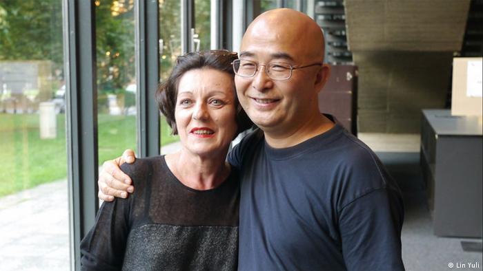 Der chinesische Schftsteller Liao Yiwu hält Herta Müller im Arm, auf dem Literaturfestival in Berlin (2012), Foto: ©Lin Yuli/DW)