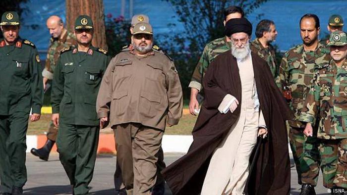علی خامنهای، رهبر جمهوری اسلامی در میان نظامیان سپاه پاسداران.