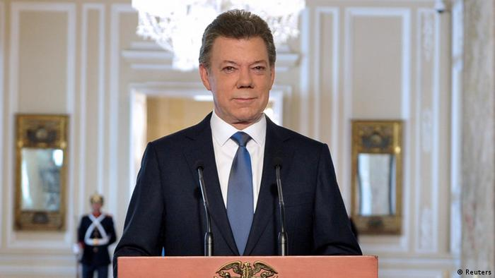Colombia's President Juan Manuel Santos looks on during a national televised speech at presidential palace in Bogota September 4, 2012. Colombian President Santos said on Tuesday peace talks with the Revolutionary Armed Forces of Colombia (FARC) guerrillas would start in Oslo during the first half of October before moving to Havana. REUTERS/Javier Casella/Presidency/Handout (COLOMBIA - Tags: POLITICS) FOR EDITORIAL USE ONLY. NOT FOR SALE FOR MARKETING OR ADVERTISING CAMPAIGNS. THIS IMAGE HAS BEEN SUPPLIED BY A THIRD PARTY. IT IS DISTRIBUTED, EXACTLY AS RECEIVED BY REUTERS, AS A SERVICE TO CLIENTS