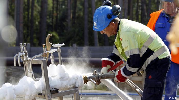 Человек работает над починкой участка газопровода