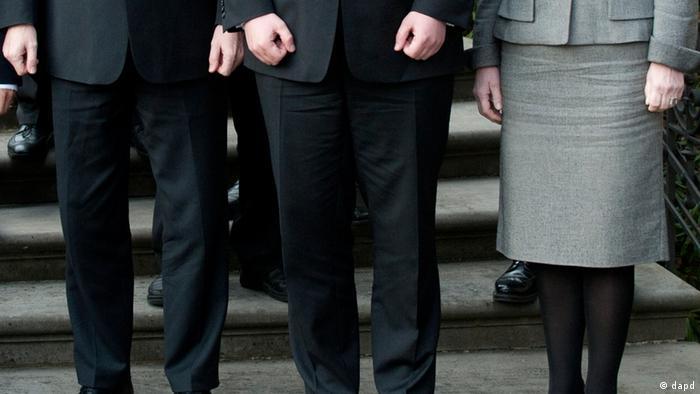 ARCHIV: Ein weibliches Mitglied des niedersaechsischen Kabinetts steht in Hannover am Gaestehaus der Landesregierung fuer ein Kabinetts-Foto neben maennlichen Kabinettsmitgliedern (Foto vom 01.02.11, dapd).