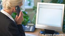 Female executive on the phone (picture-alliance/dpa)