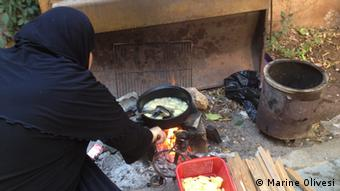 Syrian woman cooks potatoes Foto: Marine Olivesi, August 2012