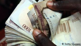 Afrikaner zählt nigerianische Geld-Scheine (Foto by Dan Kitwood/Getty Images)