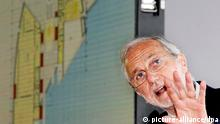 epa03272964 Italian architect Renzo Piano gestures during the foundation stone laying ceremony for the Botin Art Centre at the Albareda wharf in Santander, Spain,, 19 June 2012. The building, designed by Renzo and funded by the Botin Foundation, will cost 77 million euros and will be finished by March 2014, reports state. EPA/ESTEBAN COBO +++(c) dpa - Bildfunk+++