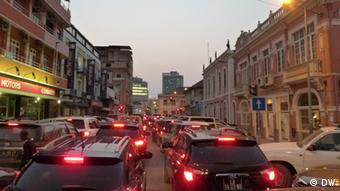 Stau in Luanda, Angola (Foto: DW/António Cascais)