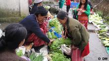 The villagers are happy selling and buying their local agricultural products in the village markets in and around the Tawang township. Foto: Korrespondent von DW Hindi, Lohit Deka. Aufnahmeort: Tawang, Arunachal Pradesh, Indien. Datum: August 2012.
