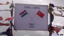 The sign board carrying the peace message on a piece of rock at Bumla - the border post between India and China, 40 kilometers away from Tawang. Foto: Korrespondent von DW Hindi, Lohit Deka. Aufnahmeort: Tawang, Arunachal Pradesh, Indien. Datum: August 2012.