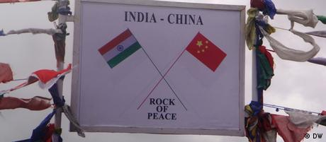 The sign board carrying the peace message on a piece of rock at Bumla - the border post between India and China, 40 kilometers away from Tawang. Foto: Korrespondent von DW Hindi, Lohit Deka. Aufnahmeort: Tawang, Arunachal Pradesh, Indien. Datum: August 2012.
