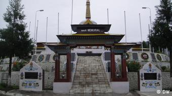 The War Memorial of Tawang that makes the people remember the trauma of the war. But on the other hand it establishes the stronghold of Indian security forces in Tawang today. Foto: Korrespondent von DW Hindi, Lohit Deka. Aufnahmeort: Tawang, Arunachal Pradesh, Indien. Datum: August 2012.
