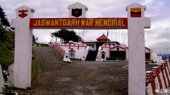 Memorial of the brave Indian soldier Jaswant Singh at Nuranang, about 65 KM away from Tawang who stopped the forwarding Chinese troops for 72 hours all alone after all of his co-soldiers were killed. Foto: Korrespondent von DW Hindi, Lohit Deka. Aufnahmeort: Tawang, Arunachal Pradesh, Indien. Datum: August 2012.