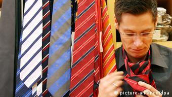 Ein Mann bindet sich eine Krawatte