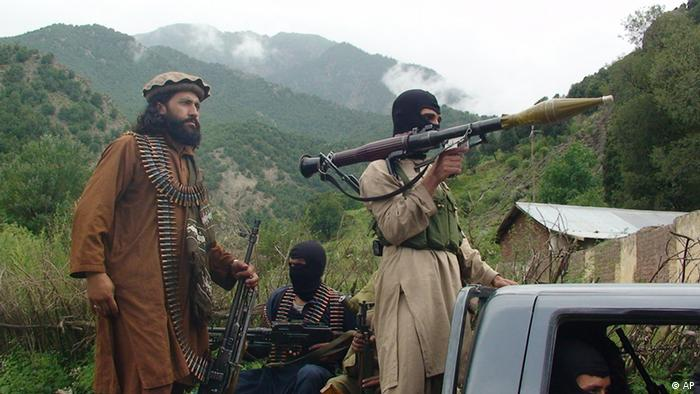 "In this photo taken on Aug. 5, 2012 Pakistani Taliban patrol in their stronghold of Shawal in Pakistani tribal region of South Waziristan. Taliban spokesman Ahsanullah Ahsan told the Associated Press that Taliban threatened to kill a Pakistani cricket star Imran Khan who has become a major political player if he holds a planned march to their tribal stronghold along the Afghan border to protest U.S. drone attacks. Ahsan said ""If he comes, our suicide bombers will target him,"" (Foto: Ishtiaq Mahsud/AP/dapd)"