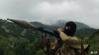 In this photo taken on Aug. 5, 2012, a Pakistani Taliban militant holds a rocket-propelled grenade at the Taliban stronghold of Shawal, South Waziristan, Pakistan. Taliban leaders will hold a meeting to decide whether a Pakistani cricket star-turned-politician Imran Khan will be allowed to hold a planned march to their tribal stronghold to protest U.S. drone strikes, the militant group's spokesman said Thursday. (Foto: Ishtiaq Mahsud/AP/dapd)