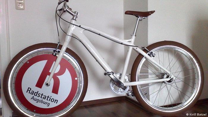 Велосипед Кирилла с рекламой на переднем колесе.