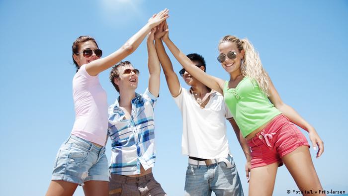 oto empat anak muda berpegangan tangan