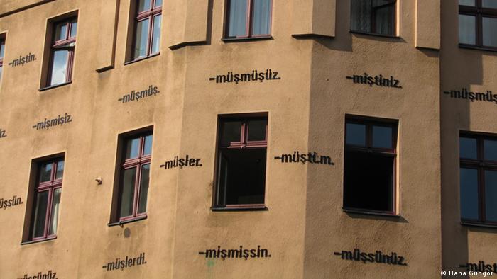 Ayşe Erkmen'in Berlin'in Kreuzberg semtindeki bir binanın üzerindeki işi