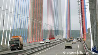 Мост, связывающий Владивосток с островом Русский, 2012 год