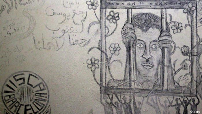 FILE - This Aug. 26, 2011 file photo shows a sketch in one of the cells of the Abu Salim prison in Tripoli, Libya. Abu Salim is one of Libya's most notorious prisons and the scene of a 1996 massacre of prisoners. Human Rights Watch said it has uncovered evidence of a wider use of waterboarding in American interrogations of detainees than has been acknowledged by the United States, in a report Thursday that depicted in unprecedented detail the sweep of abuses in secret prisons under the Bush administration-era U.S. program of detention and rendition of terror suspects. (Foto:Sergey Ponomarev, File/AP/dapd)